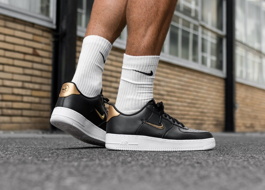 Nike Air Force 1 '07 LV8 Leather (Negras/Metallic Gold/Blancas) AJ9507-003