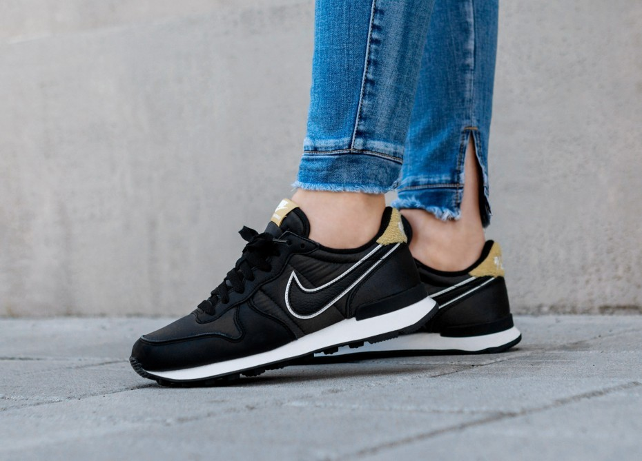 Nike Mujer Internationalist Heat (Negras/Negras/Wheat Oro) AQ1274-001