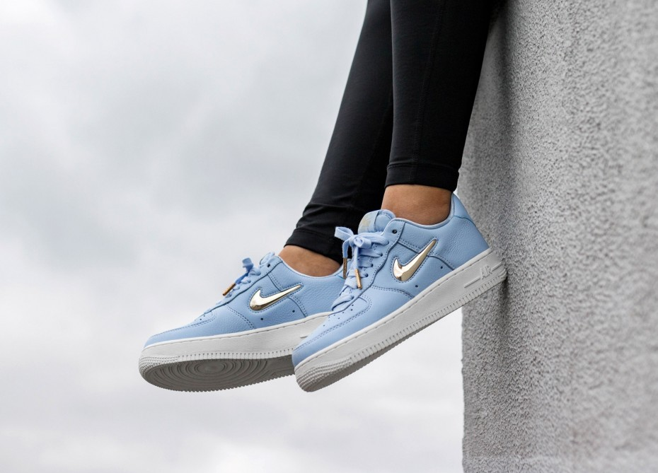 Nike Mujer Air Force 1 '07 PRM LX (Royal Tint/Metallic Gold/Blancas) AO3814-400