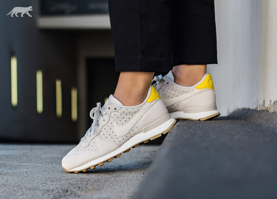 Nike Mujer Internationalist PRM (Sail/Vivid Sulfur/Blancas) 828404-103