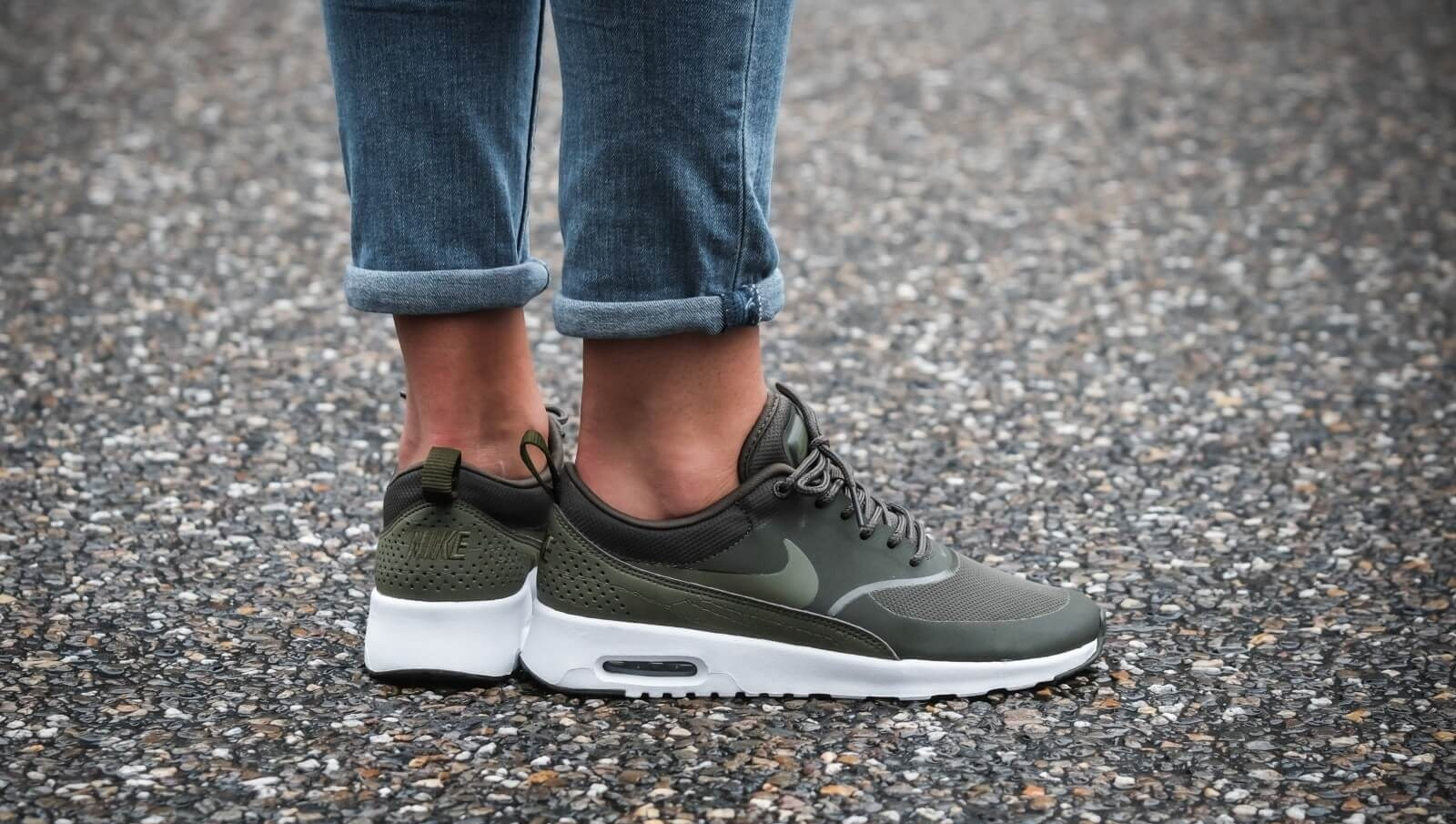 Nike Mujer Air Max Thea (Cargo Khaki/Olive/Blancas) 599409-309